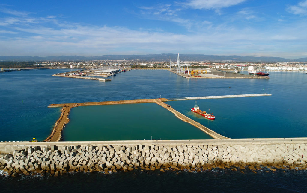 The Balears Wharf in the Port of Tarragona encloses the northern breakwater ready to begin dredging    (December 2020)